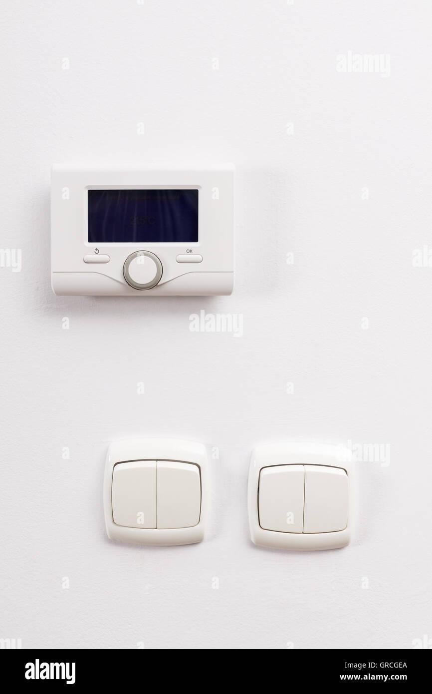 Control Panel der Zentralheizung und zwei Lichtschalter an der ...