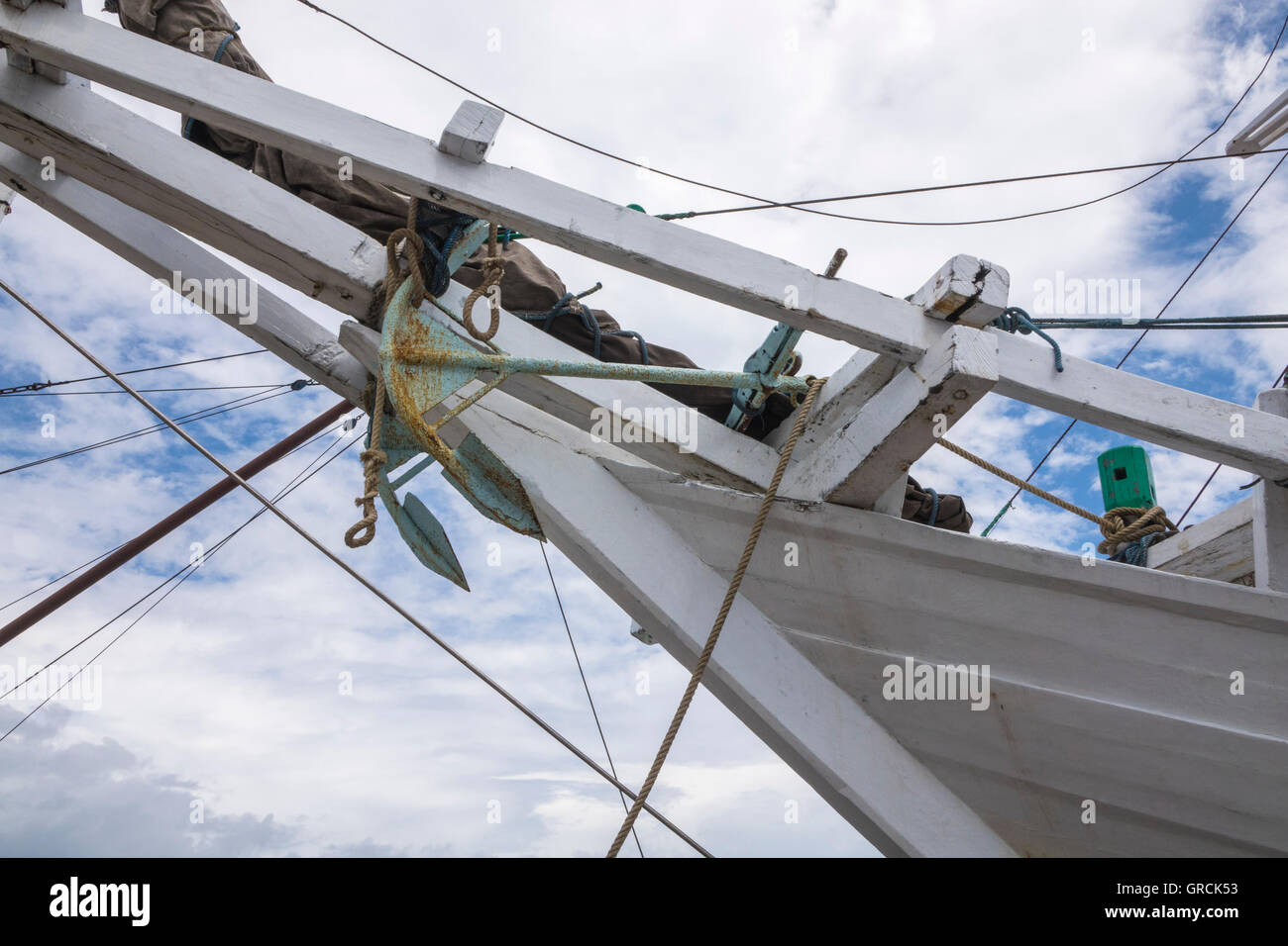 Heck von einem weißen Segelschiff mit erhöhten Anker, Low Angle Shot gegen blauen Himmel mit weißen Stockbild