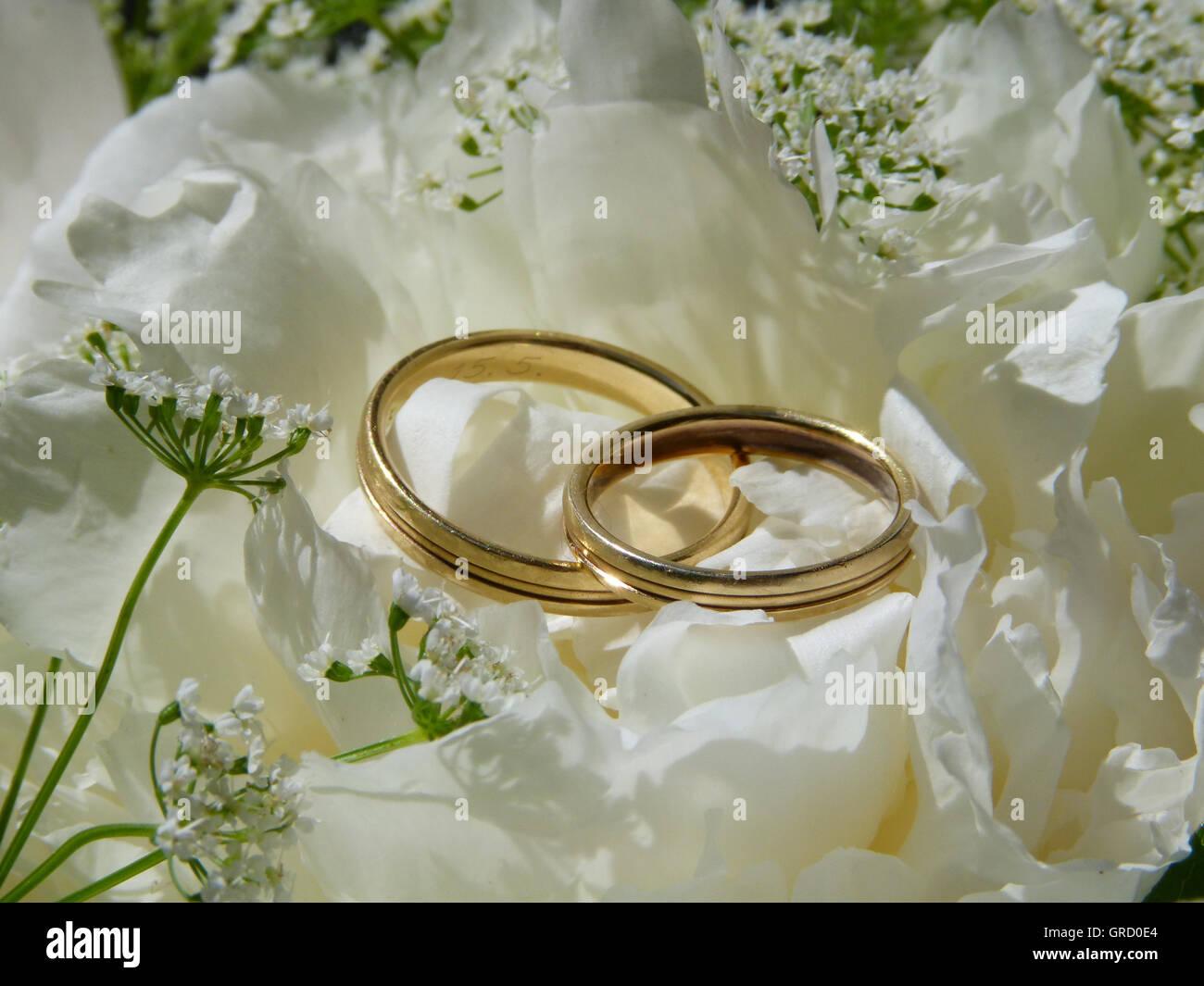 Hochzeit Symbole Weisse Hochzeitsblumen Und Goldene Hochzeit Ringe