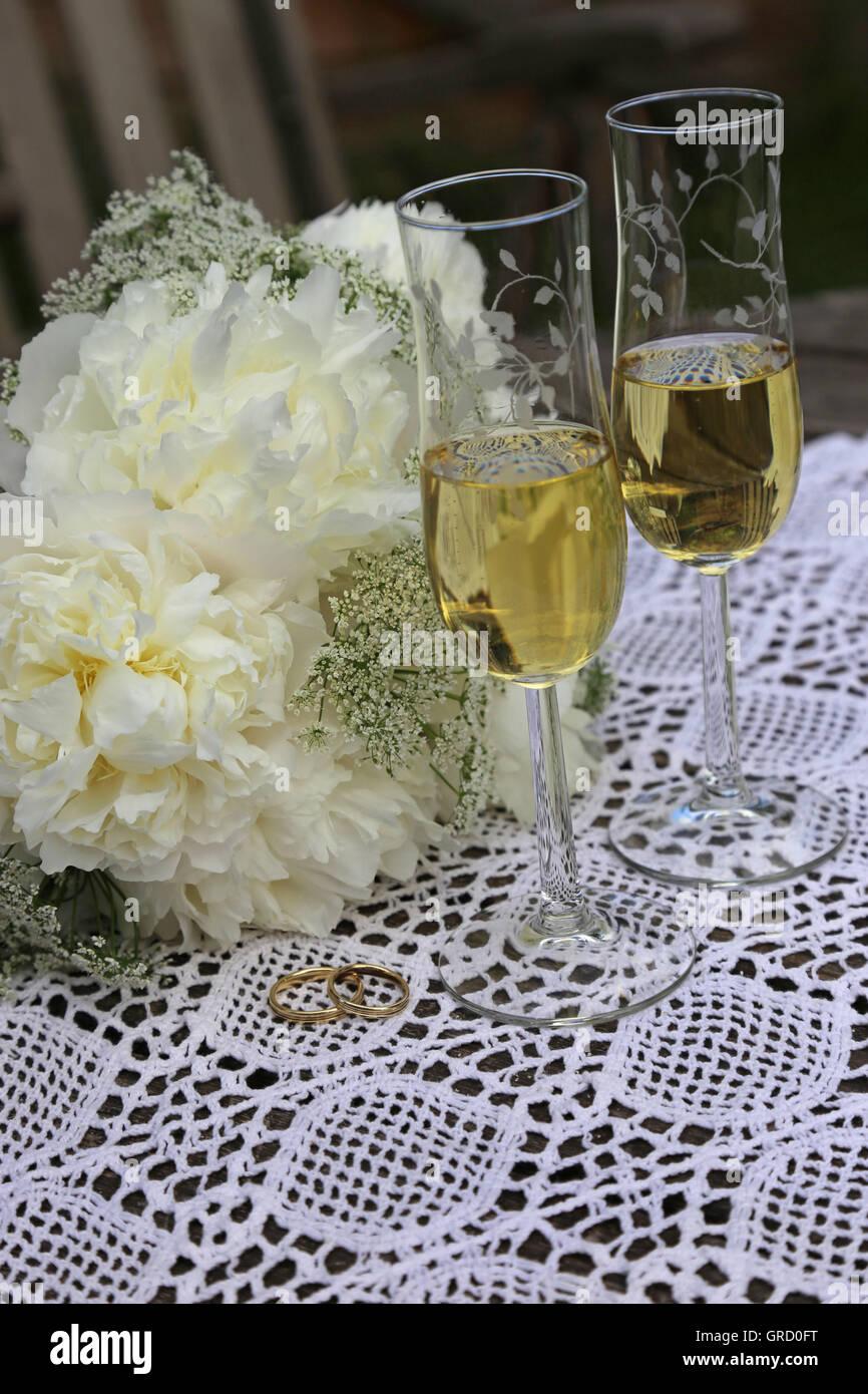 Goldene Hochzeit Ringe Zwei Glaser Champagner Hochzeit Symbole Und