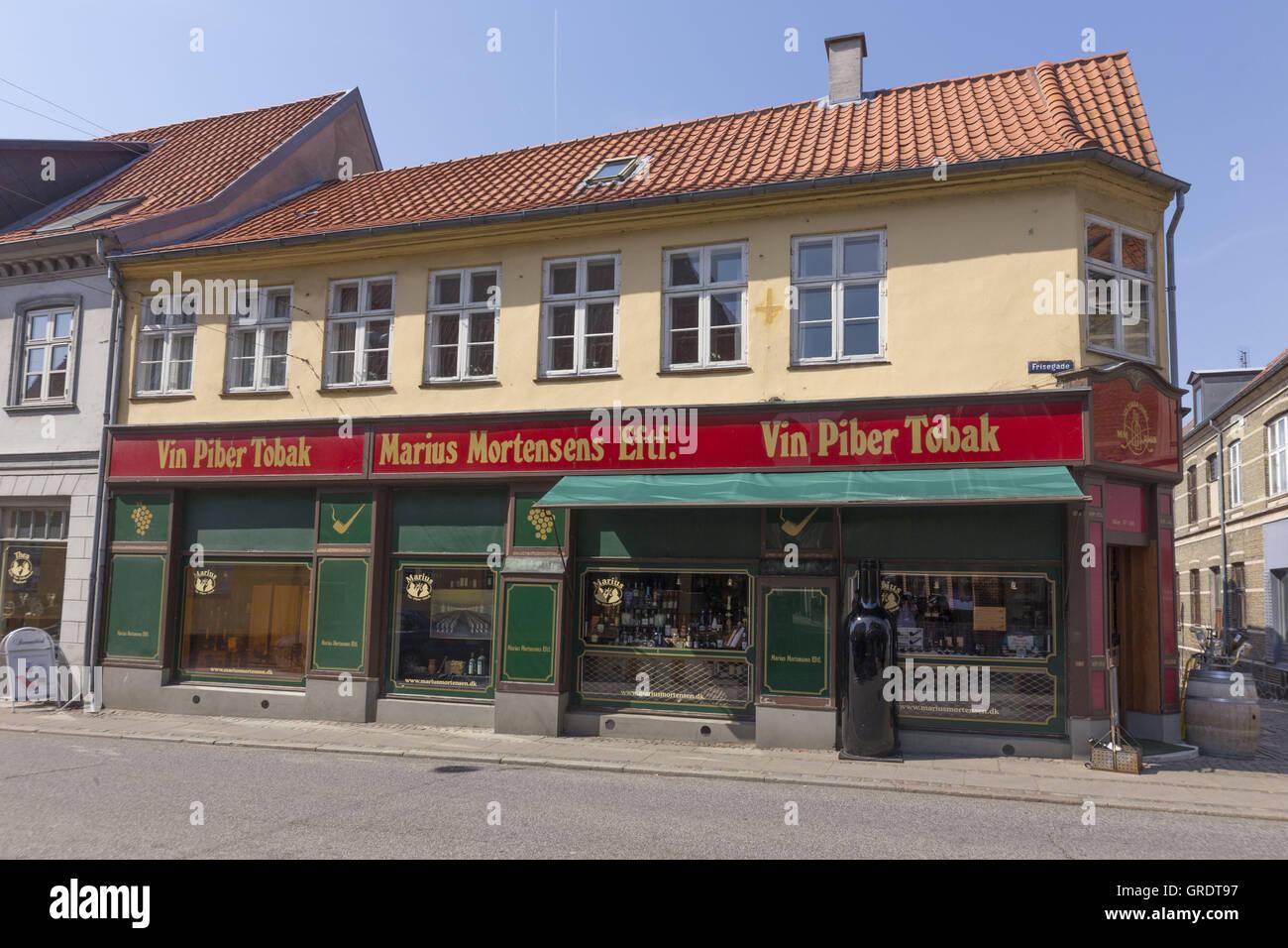 Eckladen mit einer unverwechselbaren Farbe In die Innenstadt von Nykobing Dänemark Stockbild