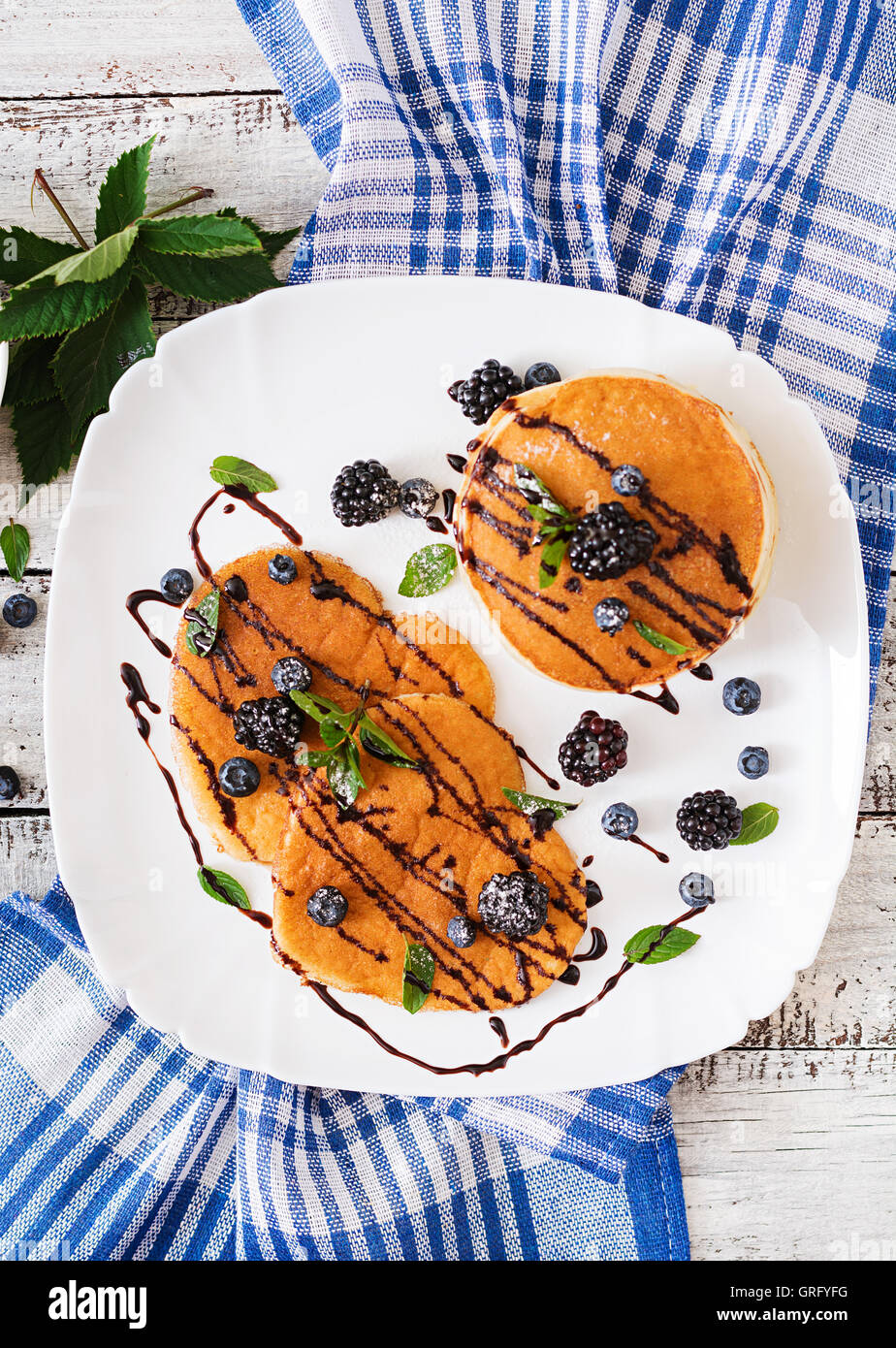 Leckere Pfannkuchen mit Brombeeren und Schokolade. Ansicht von oben Stockbild