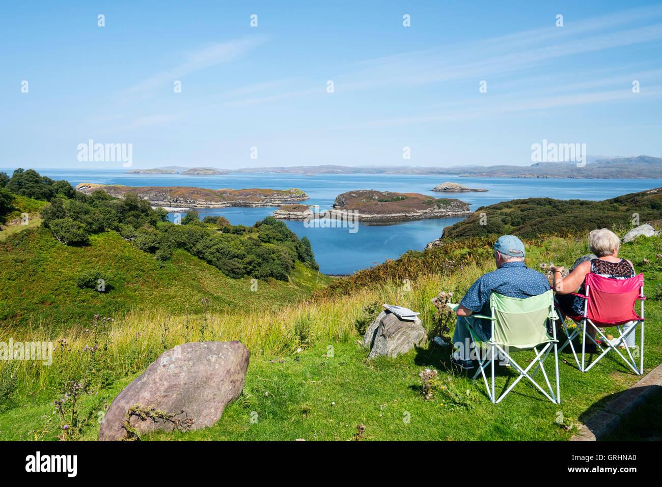 Touristen genießen Sie Blick aus Drumbeg Sicht in Richtung Eddrachillis Bay, Sutherland, Schottland, Vereinigtes Stockbild