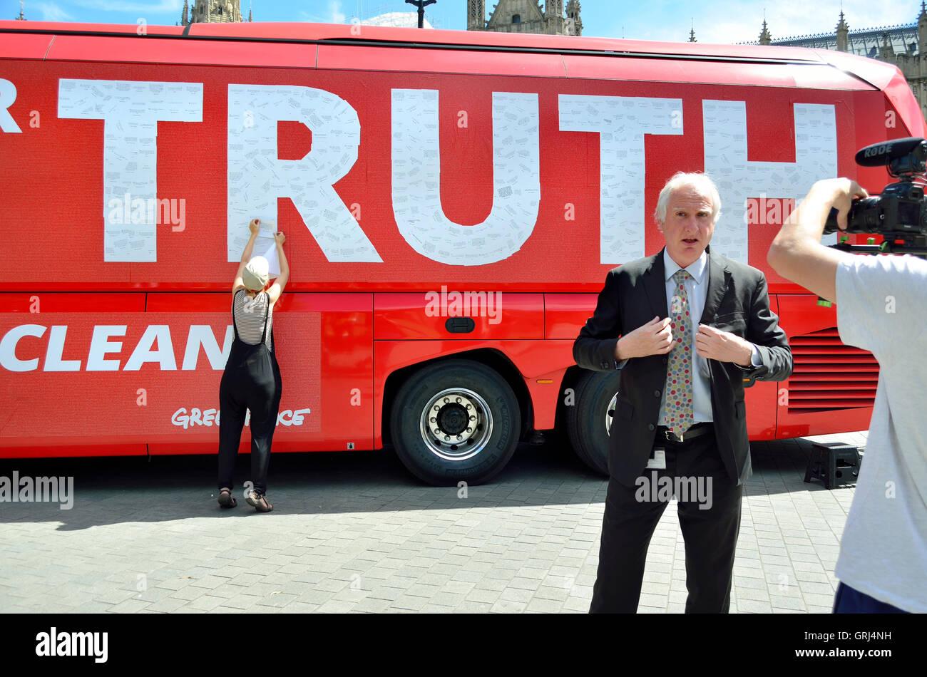 Daniel Zeichner MP (Labour: Cambridge) interviewt in Westminster vor einem Greenpeace 'Wahrheit' Bus Stockbild
