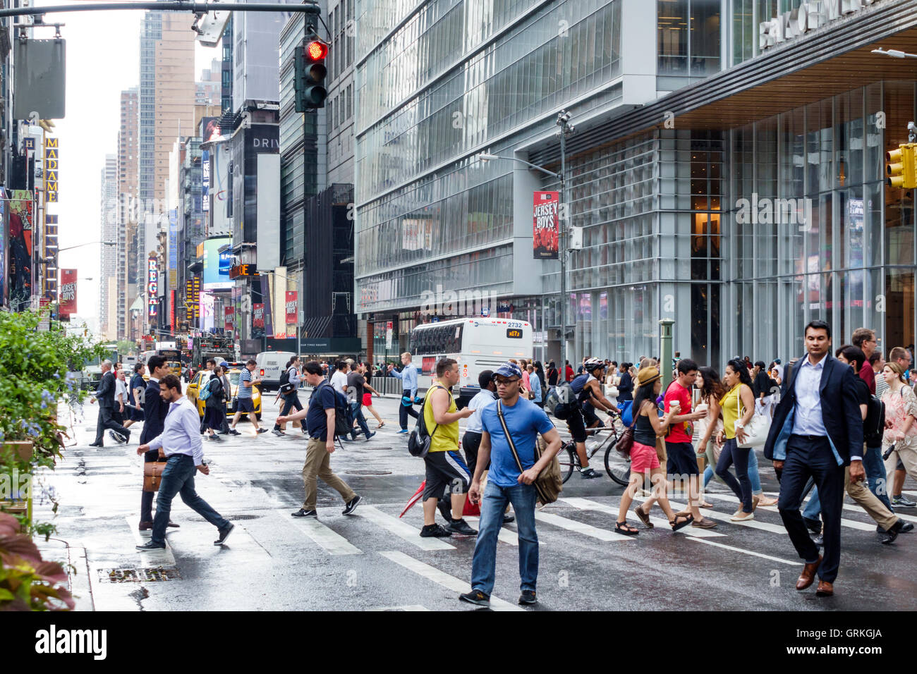 Manhattan New York City NYC New York Midtown 42 Street Fußgängerüberweg Kreuzung Rotlicht asiatischen Stockbild