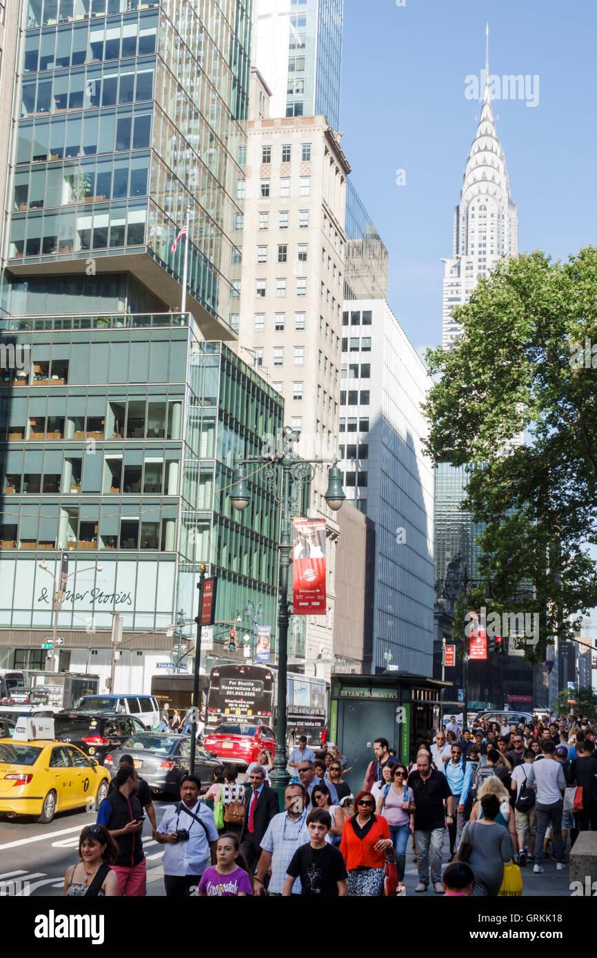 Manhattan New York City NYC New York Midtown 42 Street voll Bürgersteig multi-ethnischen asiatischen Hispanic Stockbild