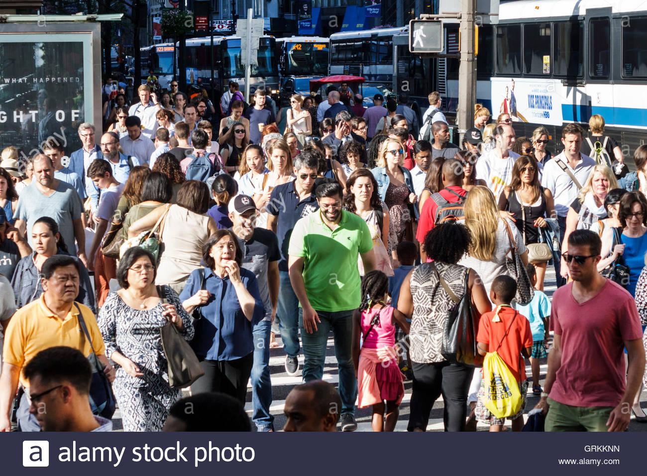 Manhattan New York City NYC New York Midtown 42 Straße Kreuzung überfüllt Zebrastreifen multi-ethnischen Stockbild