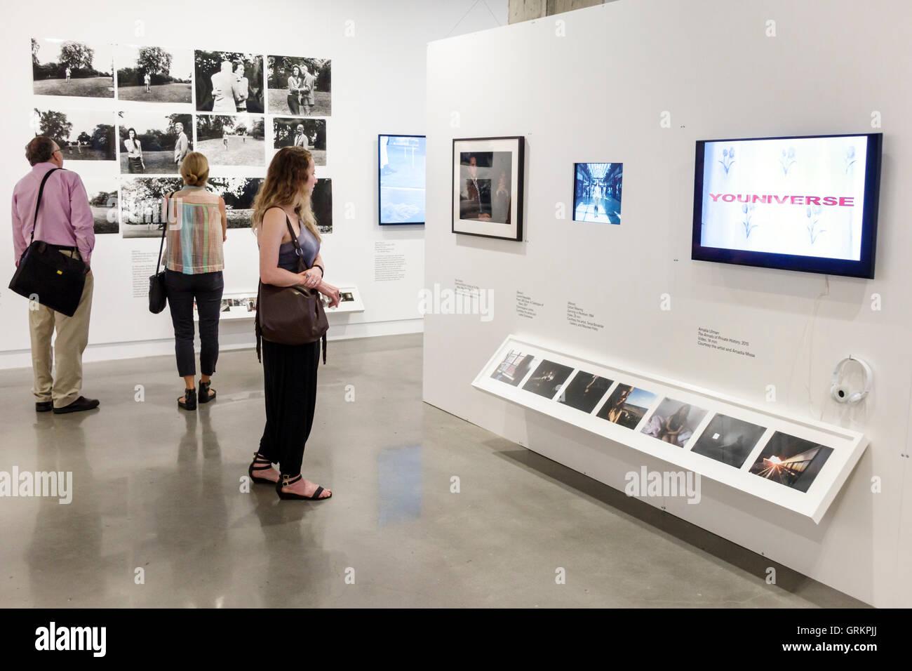 Gallery Manhattan Woman Stockfotos & Gallery Manhattan Woman Bilder ...