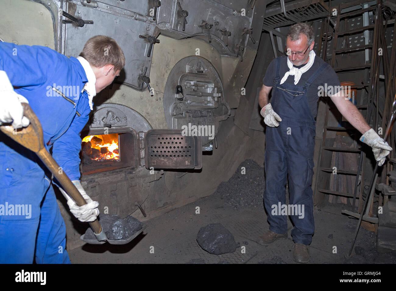 Heizer Schaufeln Kohle in den Kessel, Dampf-Eisbrecher ´Stettin´ auf ...