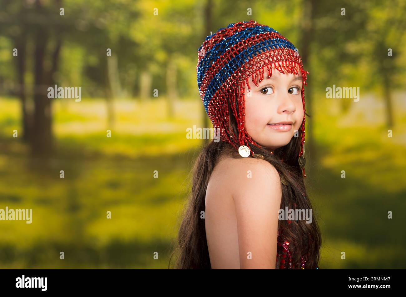 Niedliche kleine mädchen schöne rote kleid mit passender perle hut
