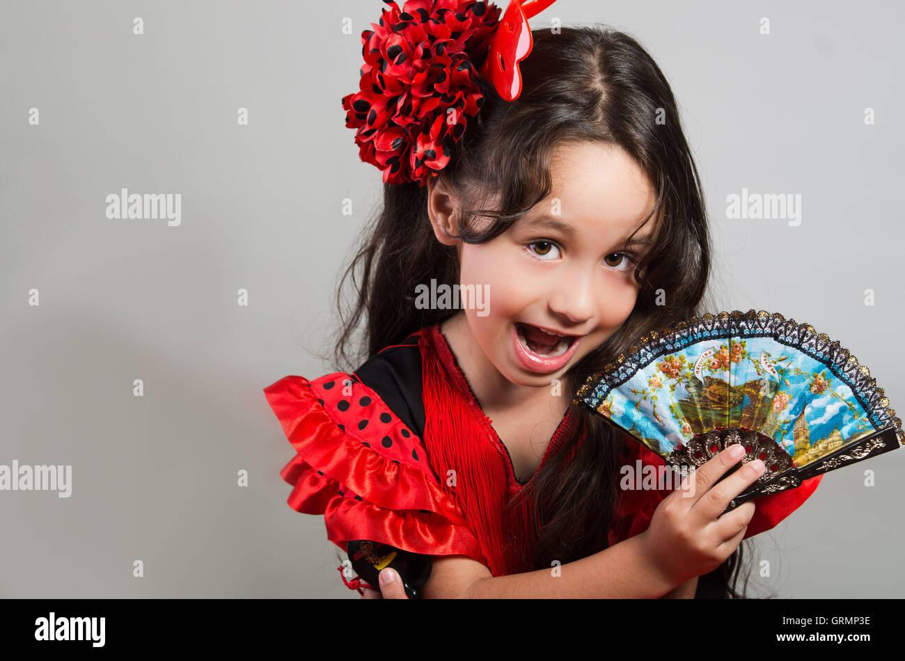Niedliche kleine mädchen schöne rote und schwarze kleid mit