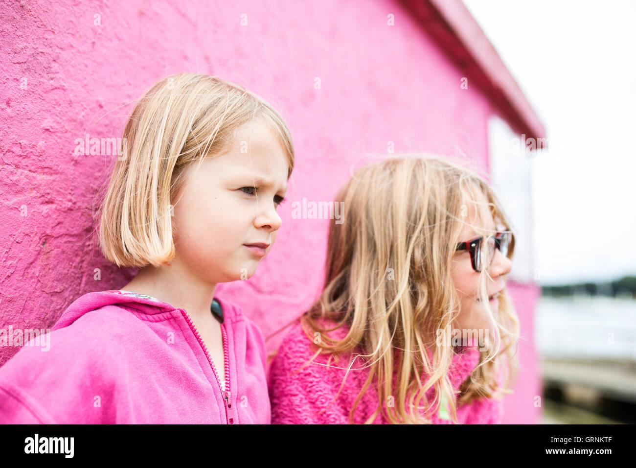 zwei Mädchen, die eine TIFF-Datei Stockfoto