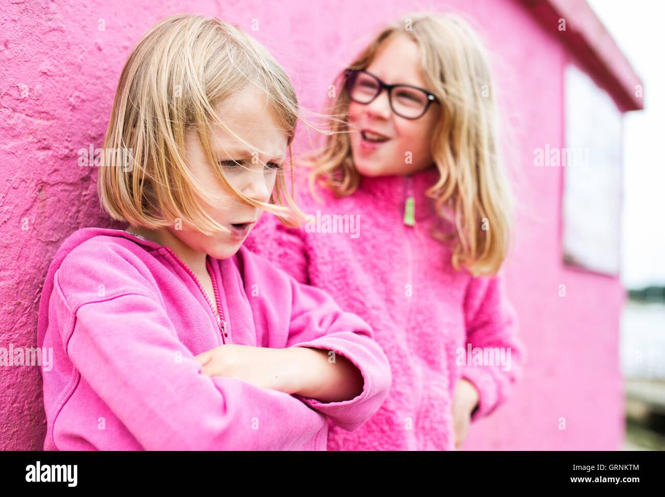 zwei Mädchen, die eine TIFF-Datei Stockbild