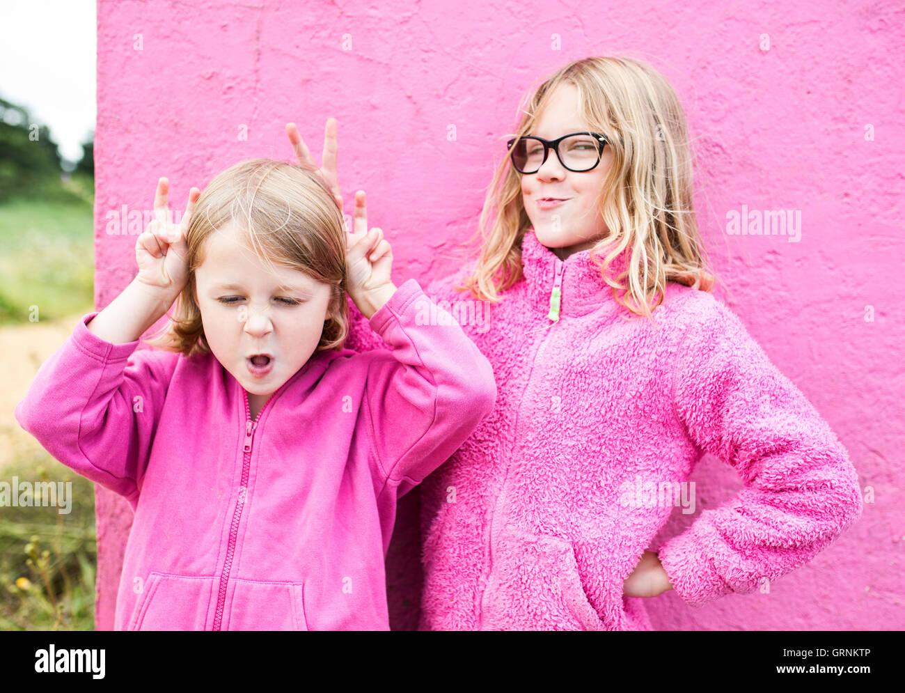 Zwei Mädchen, die Hasenohren über Kopf Stockbild