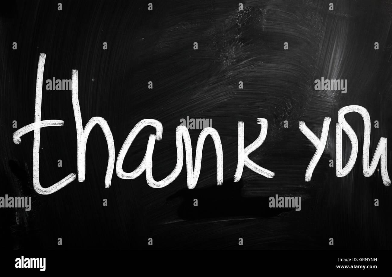 Danke handschriftlich mit weißer Kreide auf einer Tafel Stockbild