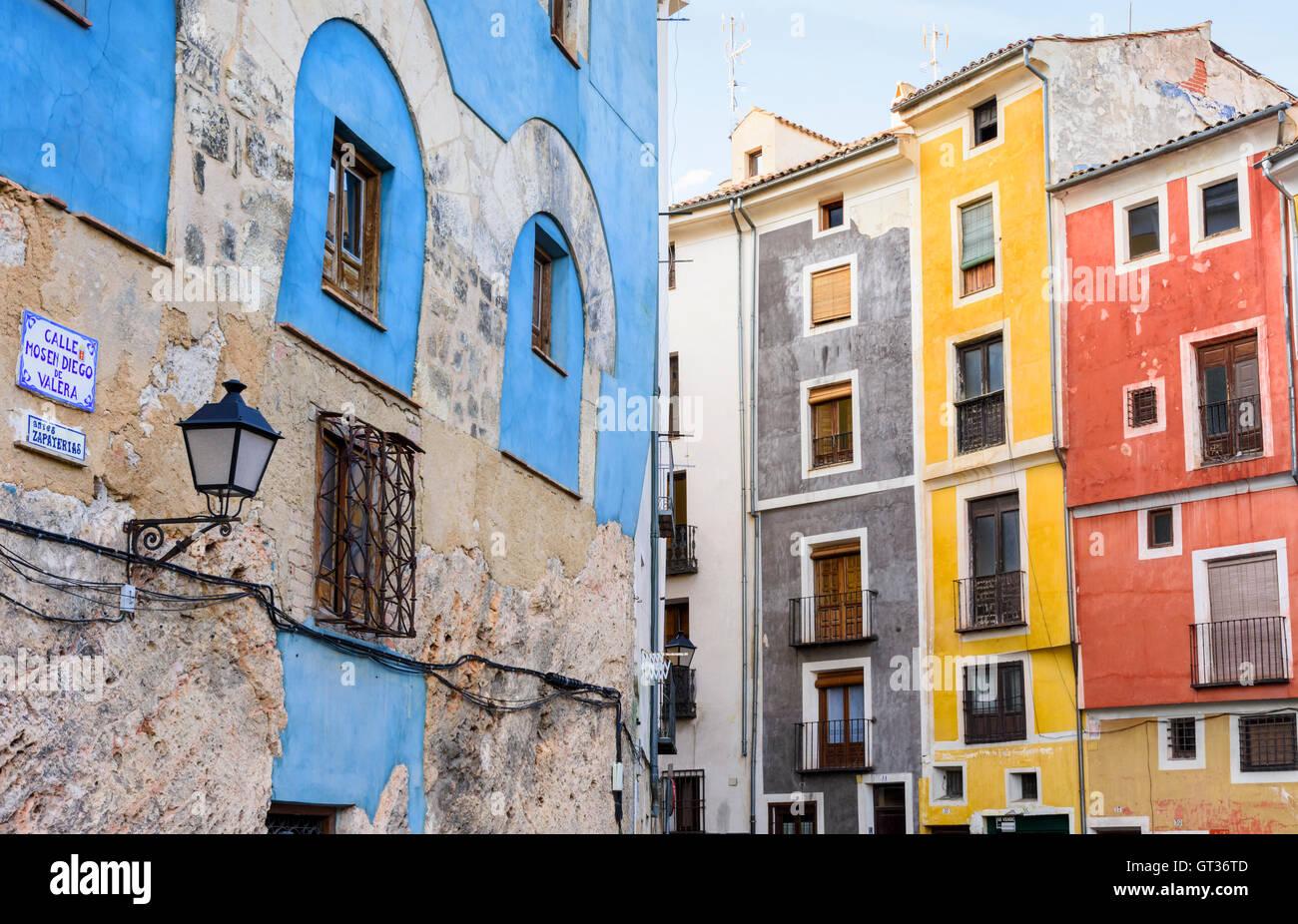 Bunte Häuser von Calle Mosen Diego de Valera und Alfonso VIII Street, Cuenca, Castilla La Mancha, Spanien Stockbild
