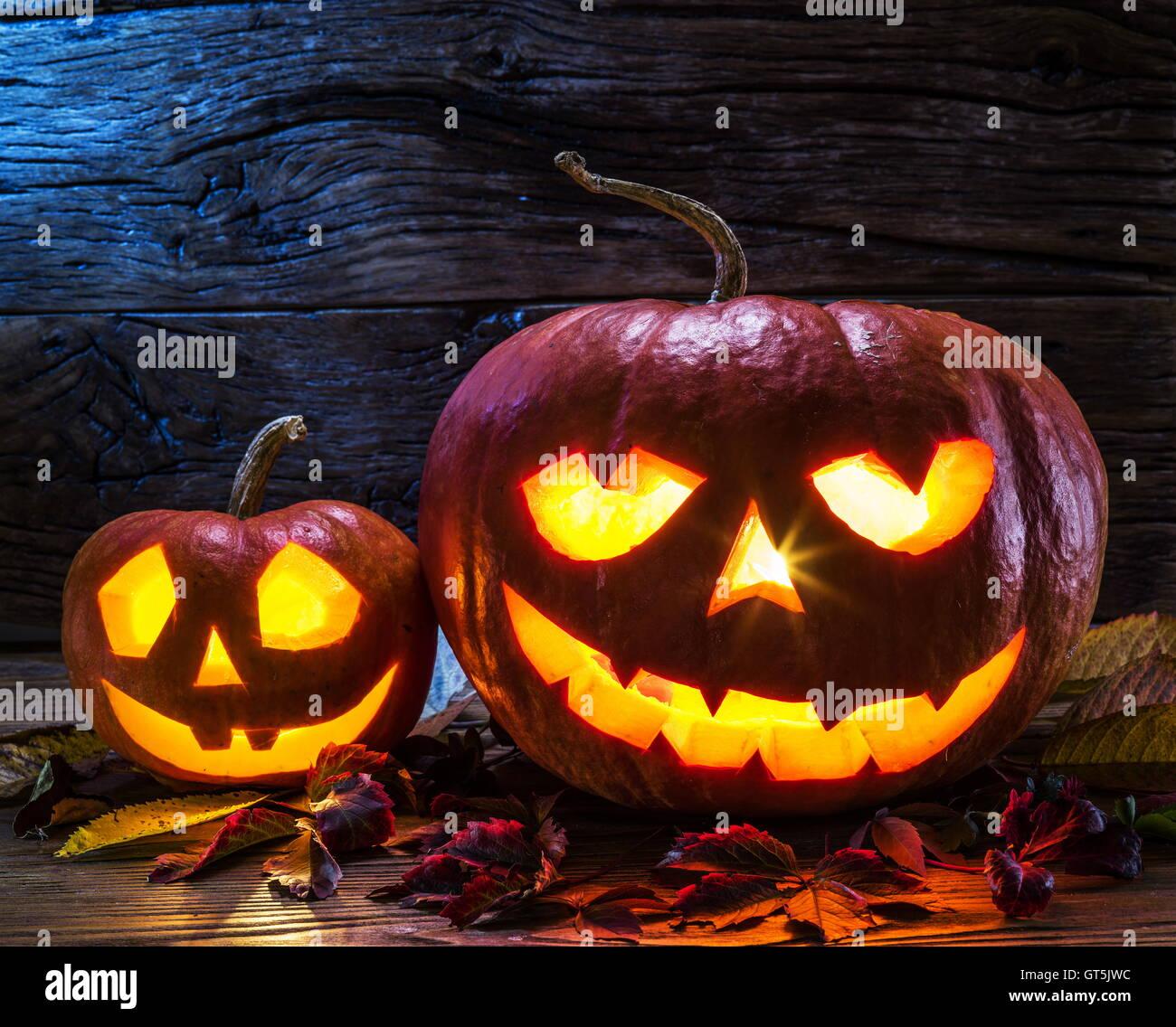 Grinsende Kürbis Laterne oder Laterne ist eines der Wahrzeichen von Halloween. Halloween-Attribut. Hölzerne Stockbild
