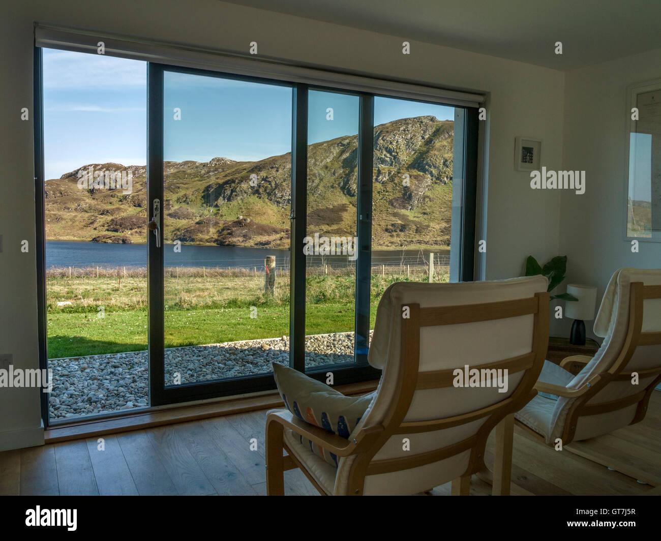 Modernes Haus Wohnzimmer mit Stühlen und Panoramafenster mit Blick ...