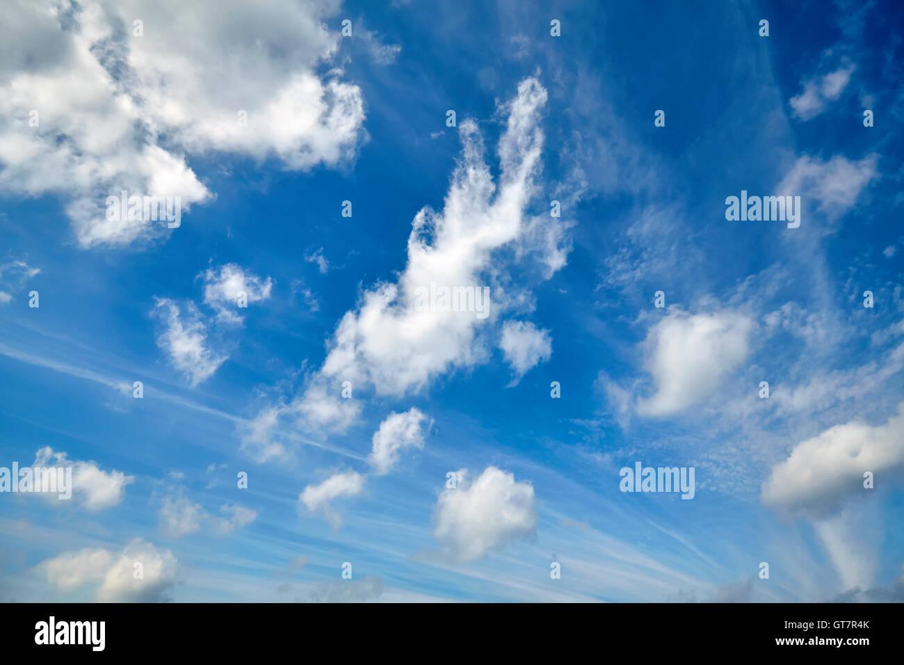 Schöne Wolkengebilde auf einem blauen Himmel. Stockbild