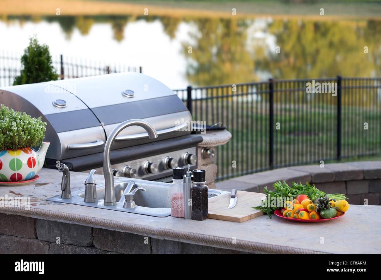 Außenküche Mit Gasgrill : Zubereitung eines gesunden sommer menüs in einer außenküche mit