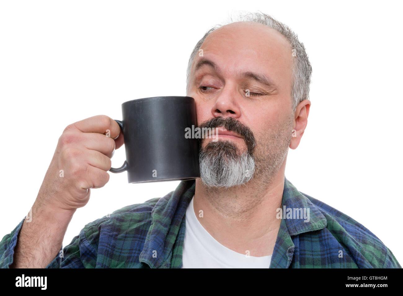 Aufwachen Mitte im Alter Mann verkleidet in Flanellhemd und