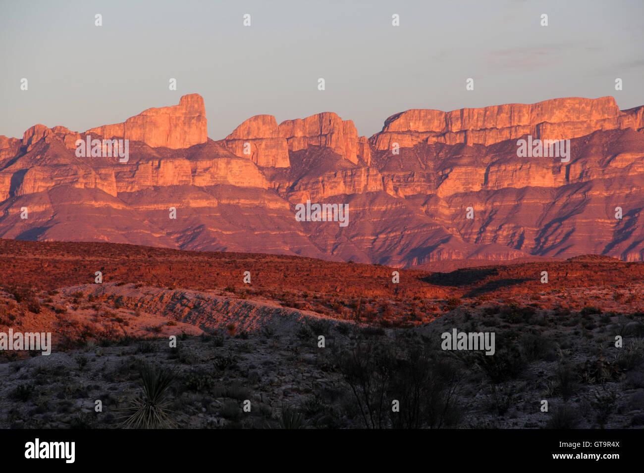 Sonnenuntergang über den Bergen der Sierra Del Carmen in Big Bend Nationalpark, Texas Stockfoto