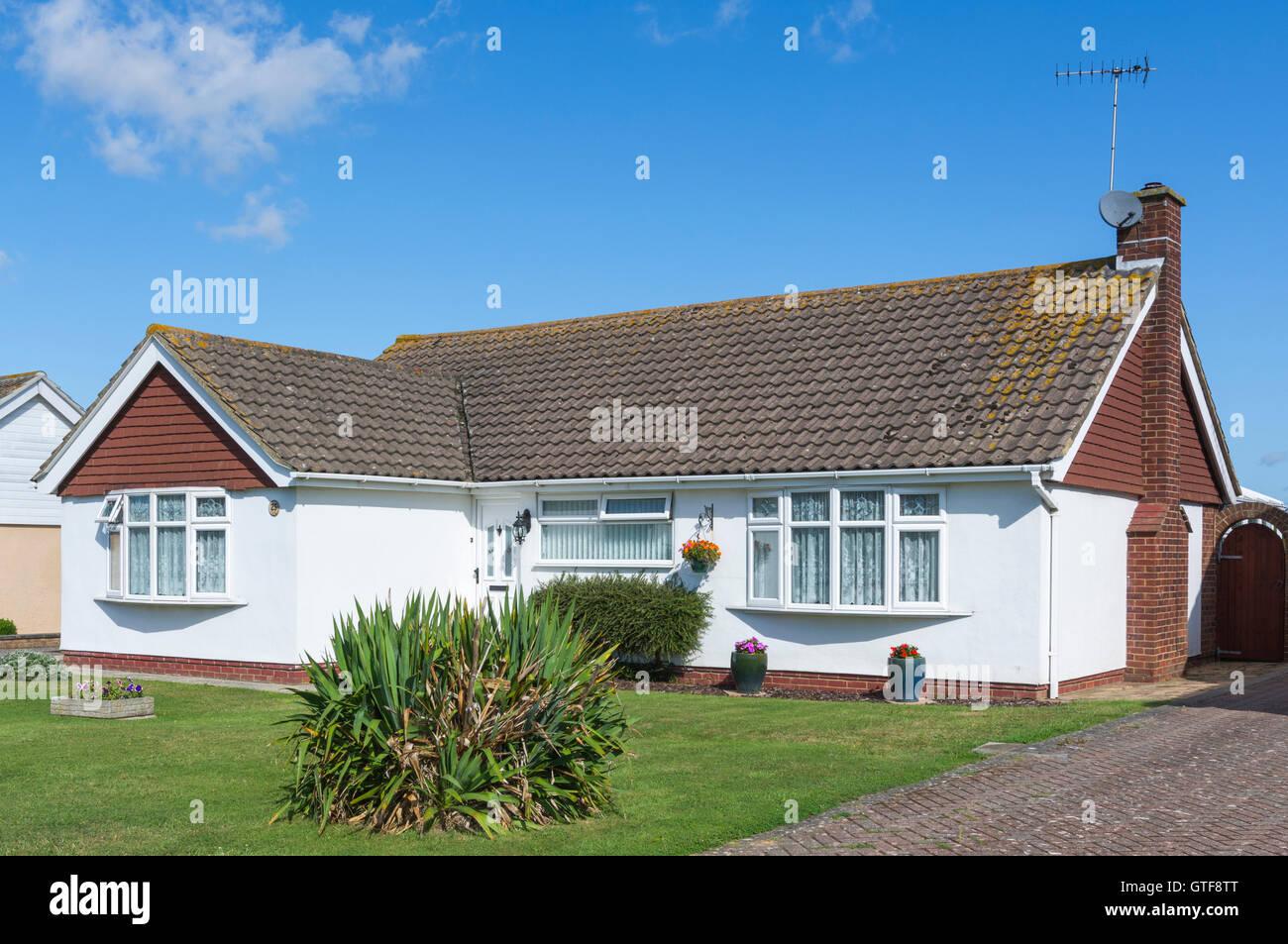 Kleine freistehende Bungalow mit einem schrägen gefliest Dach im Vereinigten Königreich. Stockbild