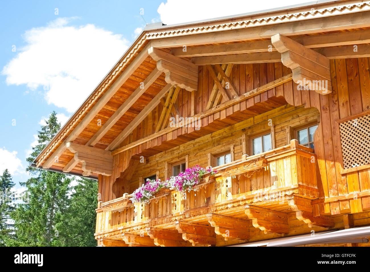 Typische Holzbalkon In Tirol Osterreich Stockfoto Bild 118353079
