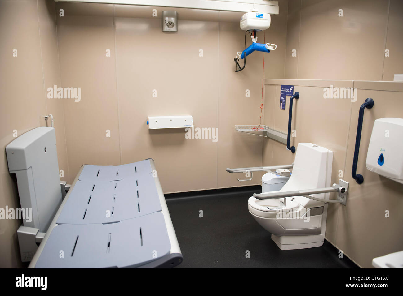 behindertentoilette und wickelraum einrichtungen in einer. Black Bedroom Furniture Sets. Home Design Ideas