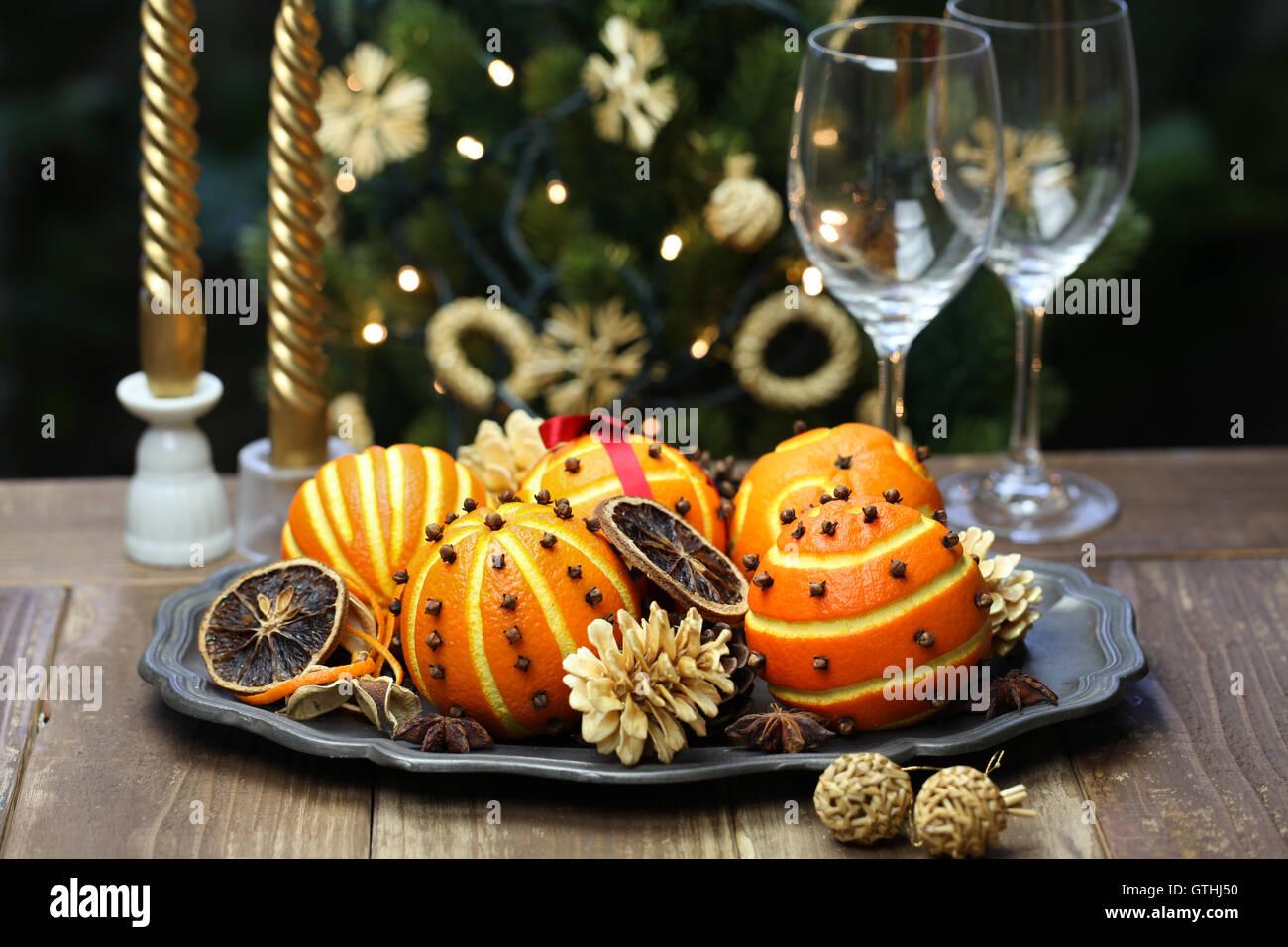 gewürzte orange Pomander Kugeln, duftende Weihnachten Tischdekoration Stockbild
