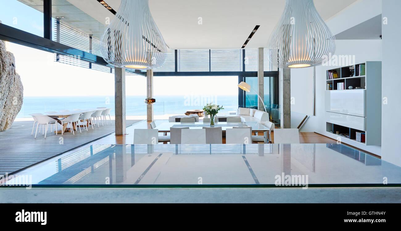 Moderne Luxus Wohnzimmer öffnen Terrasse Mit Meerblick Stockfoto