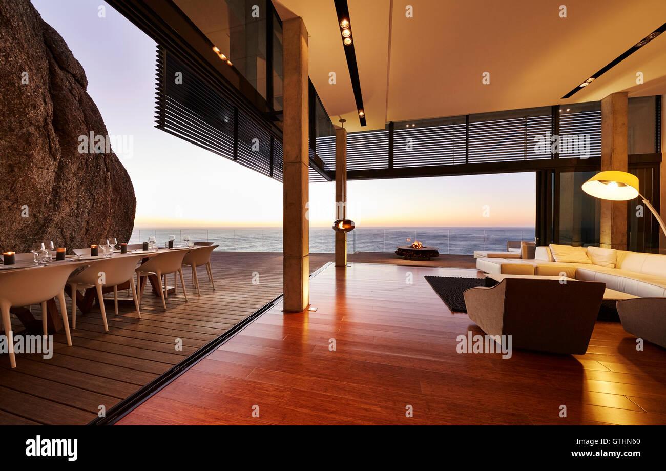 Moderne Luxus Wohnzimmer, Terrasse Mit Blick Auf Den Sonnenuntergang Ozean  öffnen