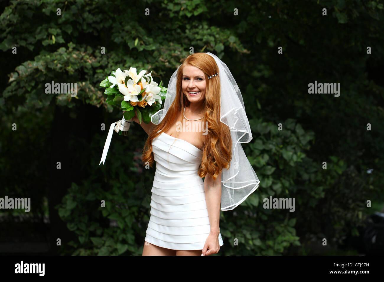 Schone Rote Haare Braut Brautkleid Tragen Stockfoto Bild 118416361
