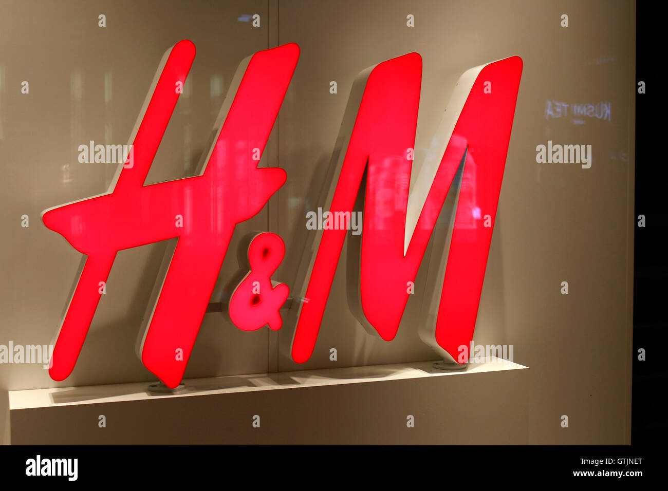 logo der marke h und m berlin stockfoto bild 118425968 alamy. Black Bedroom Furniture Sets. Home Design Ideas
