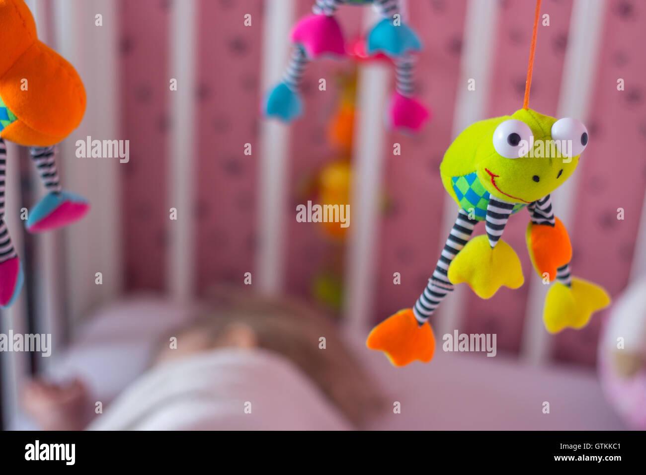 Baby-mobile über die Wiege; Baby schläft Stockfoto