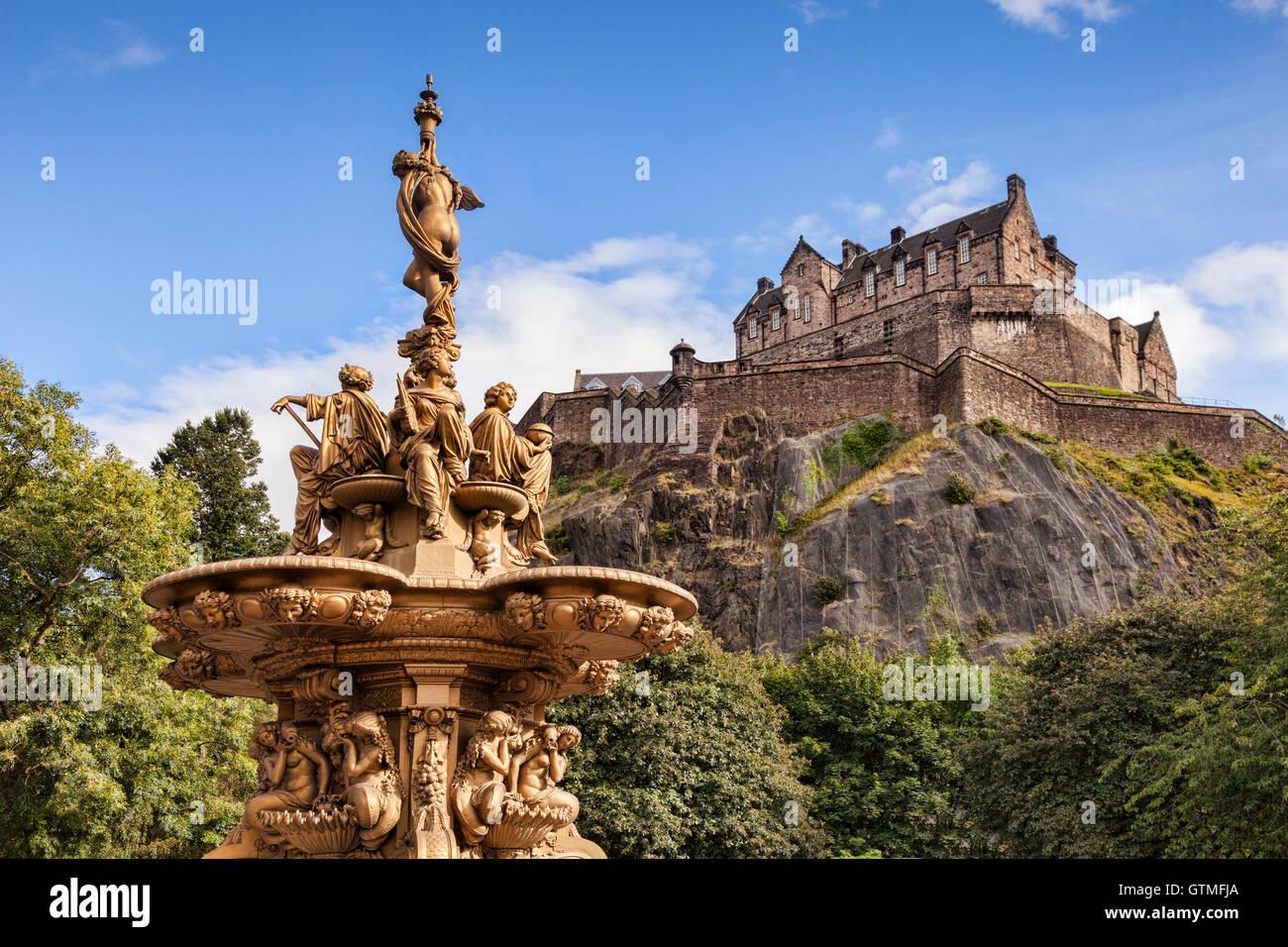 Der Ross-Brunnen in Princes Street Gardens und Edinburgh Castle, Schottland, Großbritannien. Stockbild