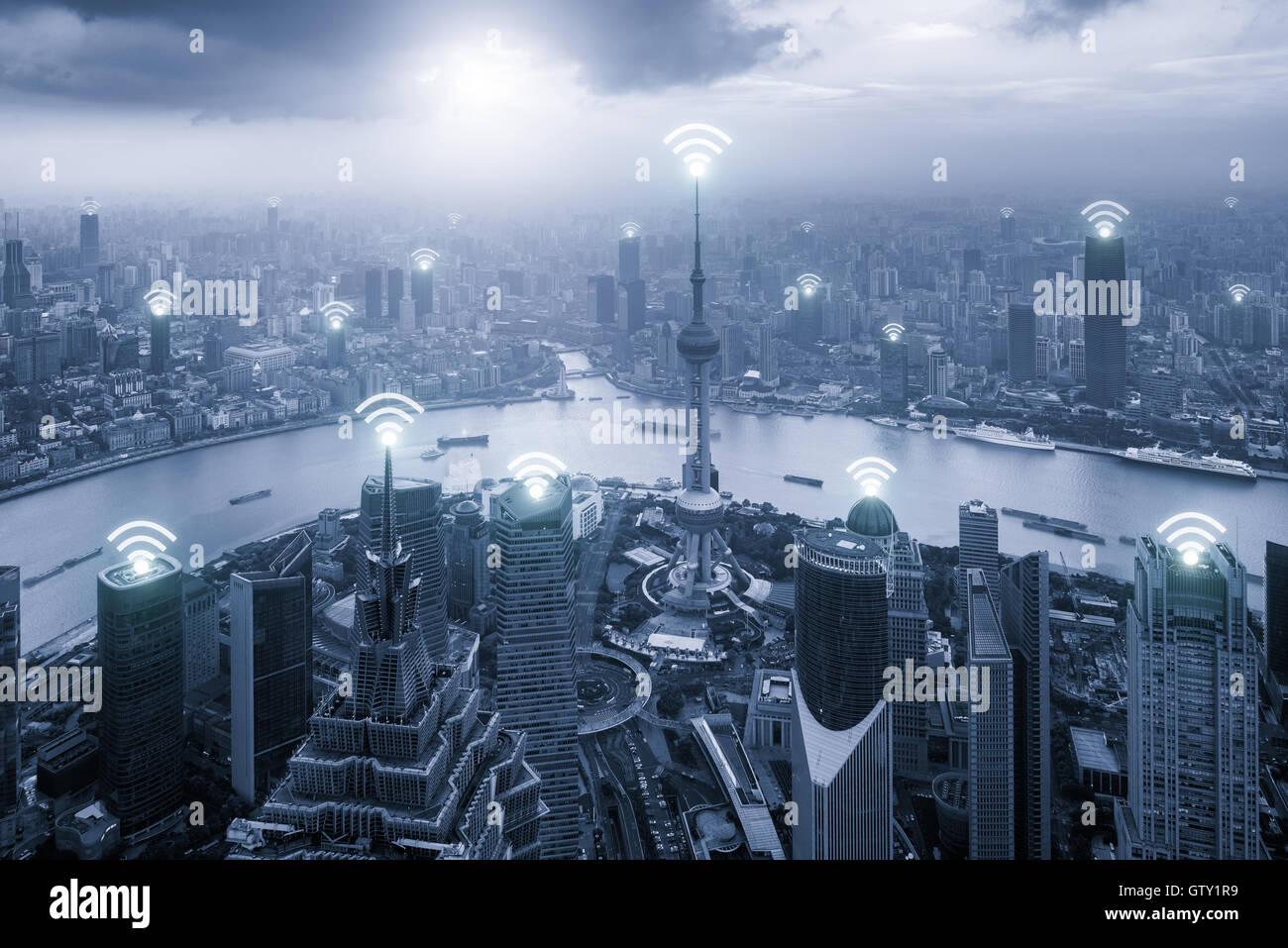 Luftaufnahme der Skyline von Shanghai mit WLAN-Netzwerkverbindung im Zentrum Geschäftsviertel. Technologie, Stockbild