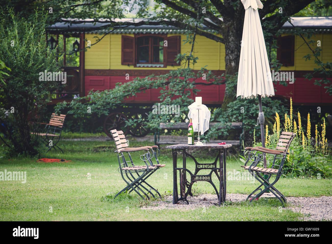 Garden Table Chairs On Lawn Stockfotos & Garden Table Chairs On Lawn ...