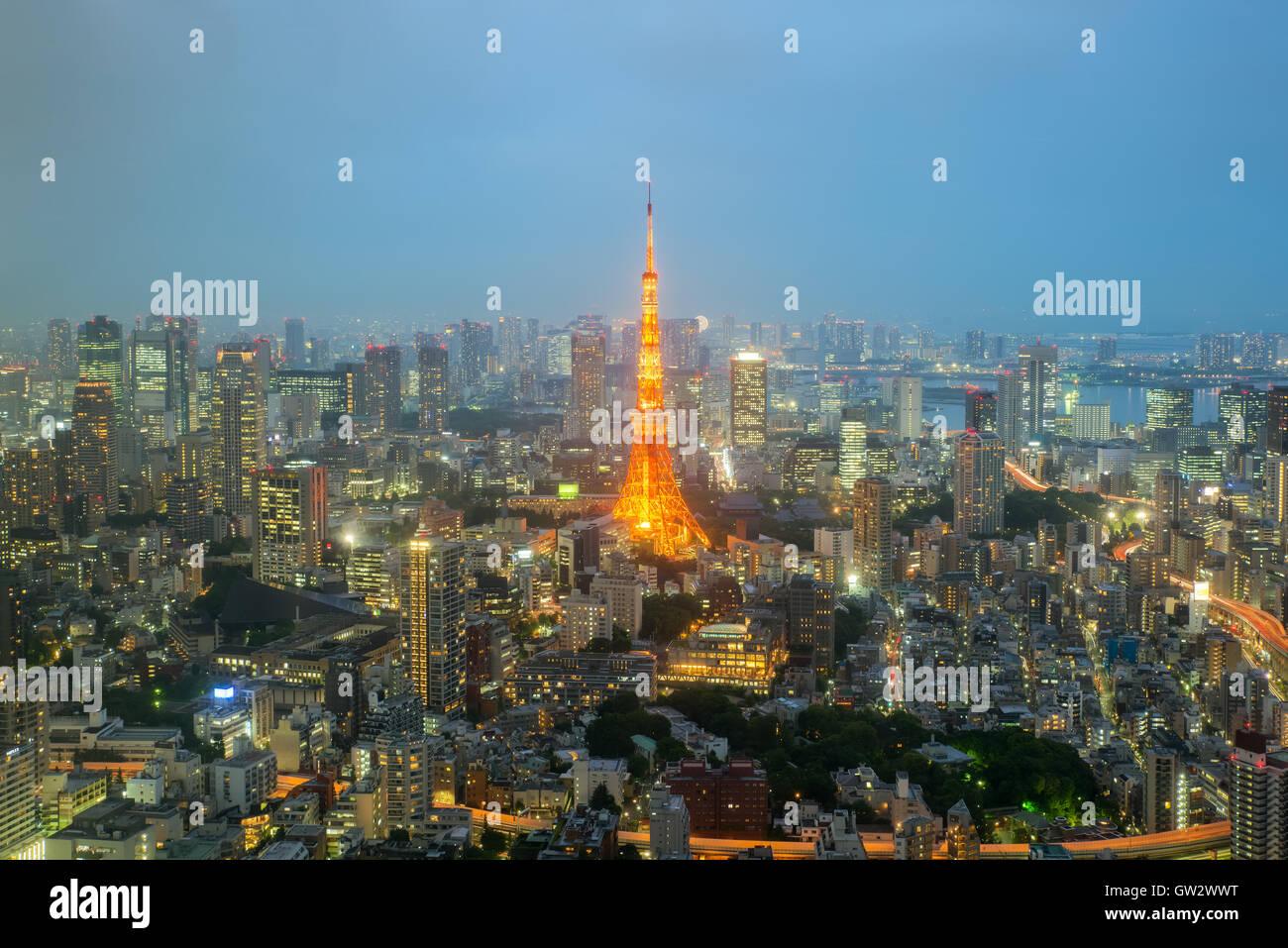 Tokyo Tower und die Skyline von Tokyo und Wolkenkratzer in Nacht in Tokyo, Japan Stockbild