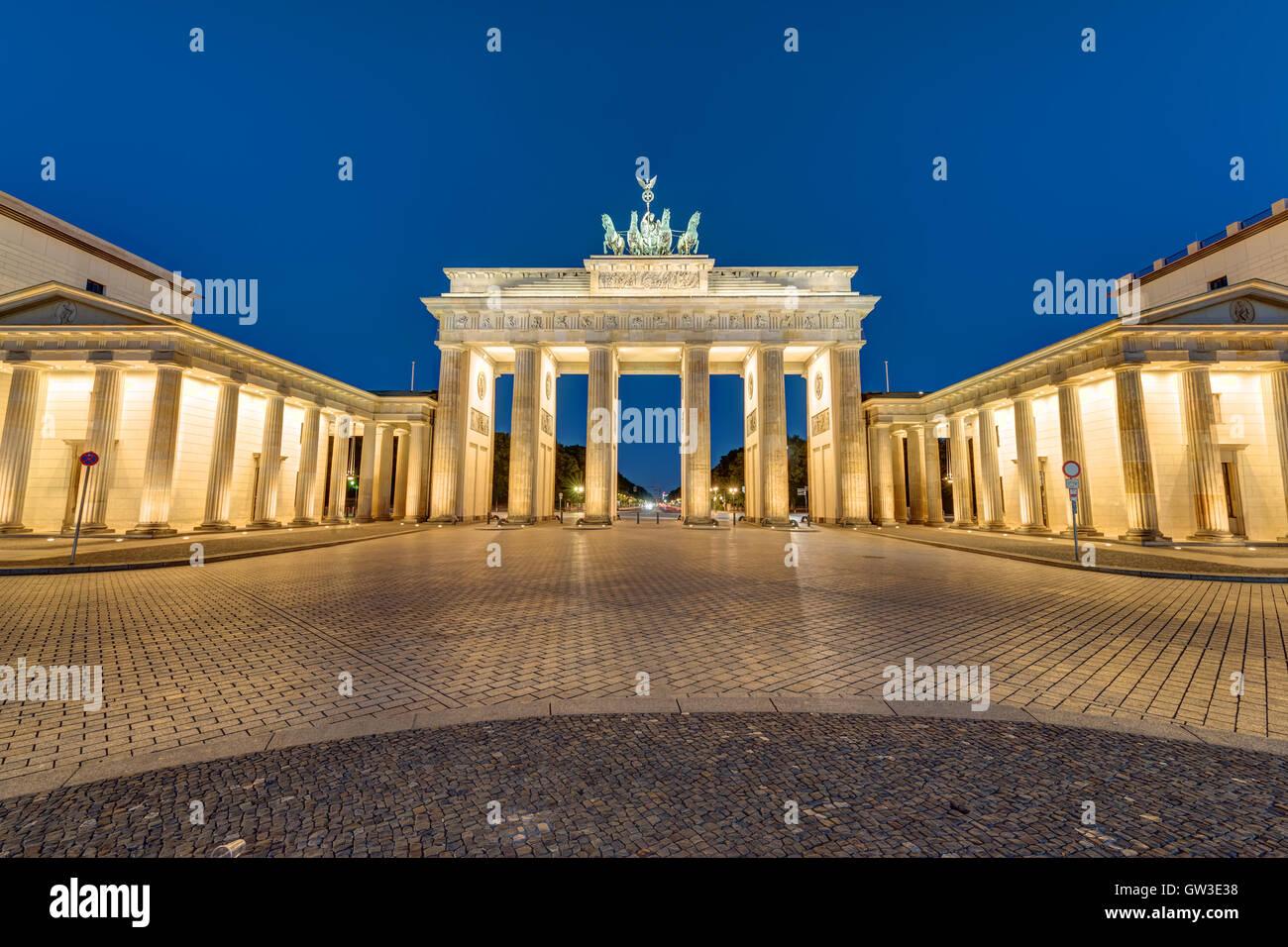 Das berühmte Brandenburger Tor in Berlin, Deutschland, in der Nacht Stockbild