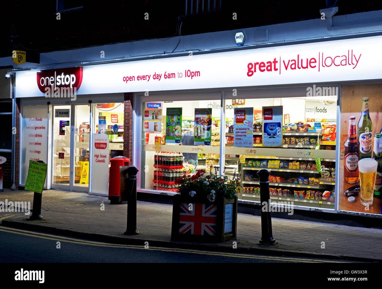 Ein Stop-Lebensmittelgeschäft in der Nacht, England UK Stockbild
