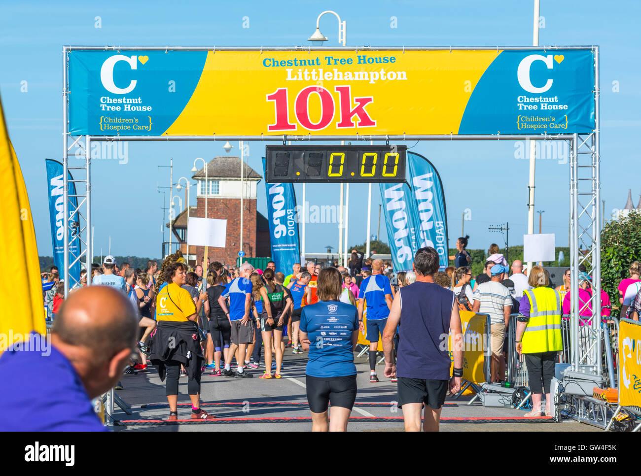 Vor dem Rennen beginnt an der Kastanie Haus 10 k Charity Run 2016 in Chichester, West Sussex, England, UK. Stockbild