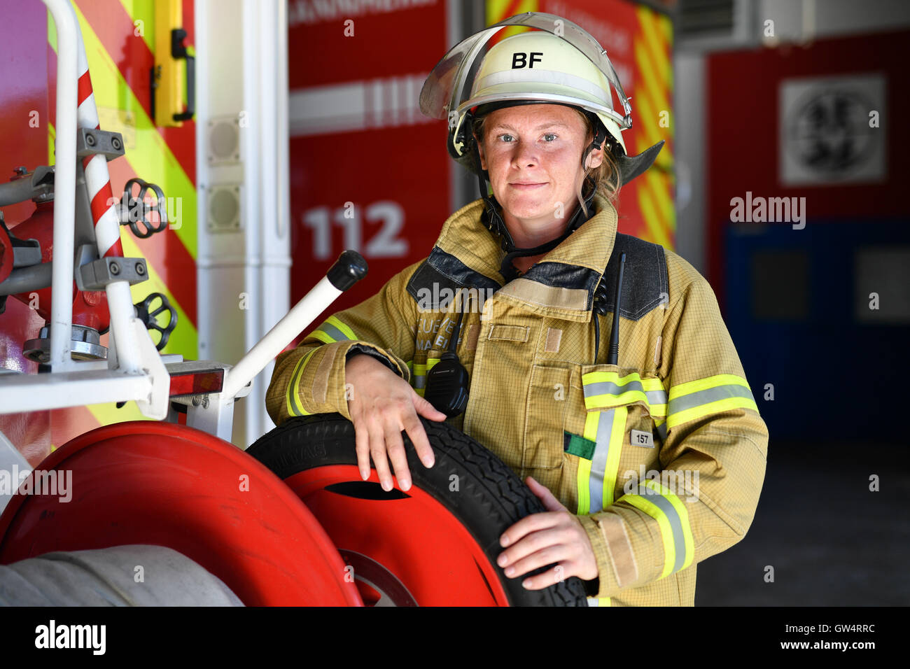 Mannheim, Deutschland. 24. August 2016. Firewoman Lisa-Katharina Roeck steht neben einem Feuerwehrfahrzeug auf der Stockbild