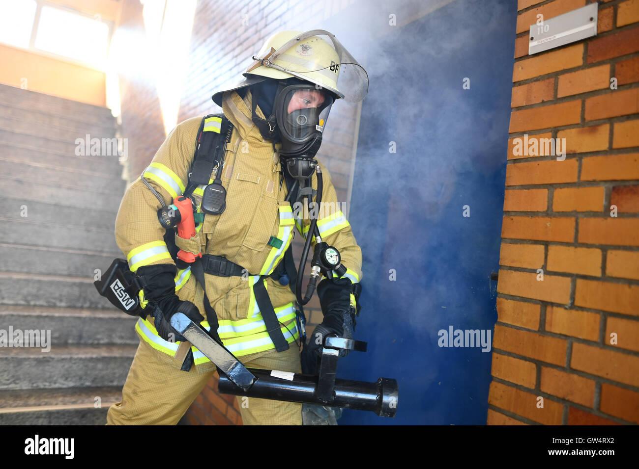 Mannheim, Deutschland. 24. August 2016. Firewoman Lisa-Katharina Roeck zeigt, wie öffnen eine Tür mit Stockbild