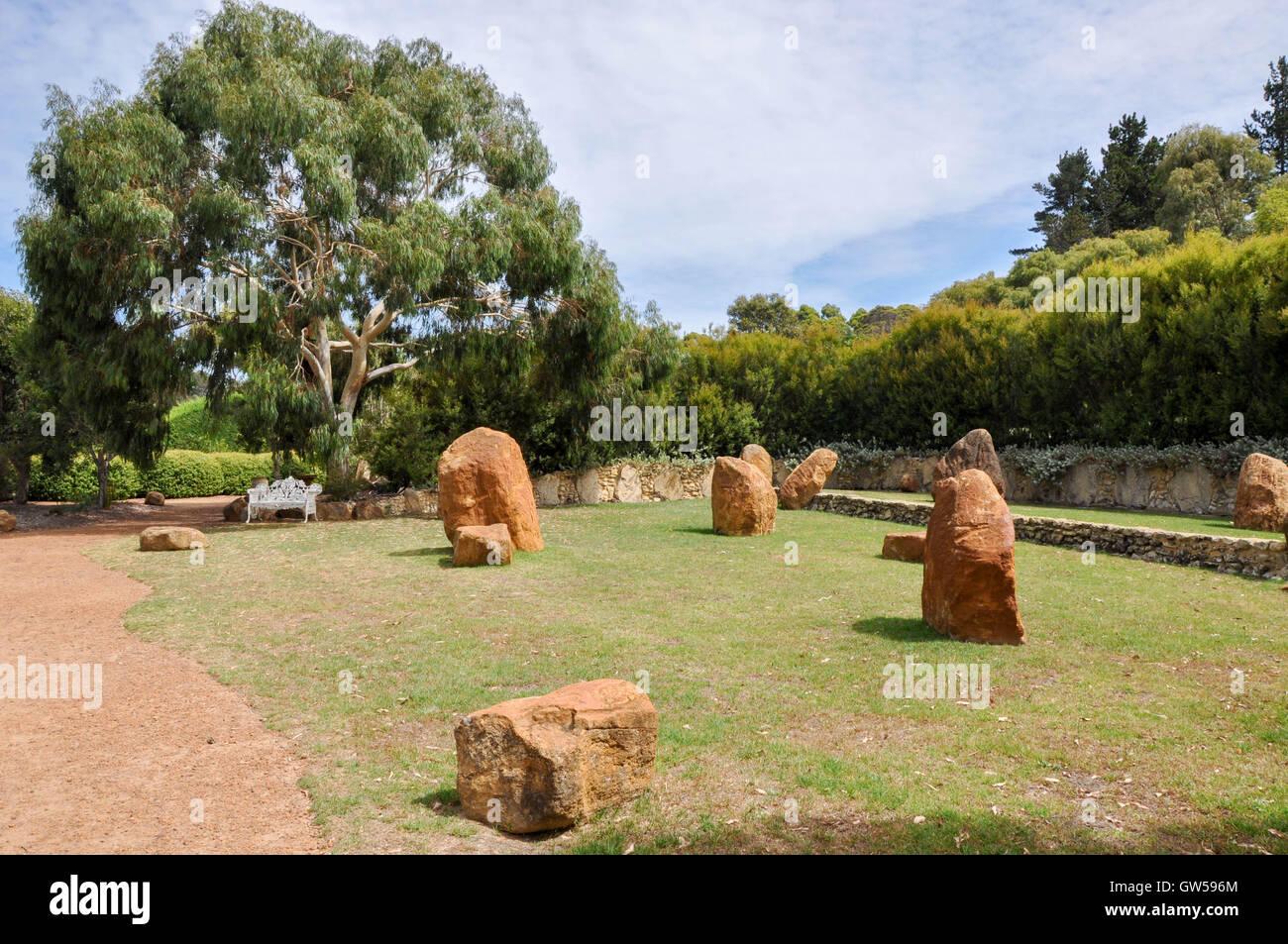 Granitfelsen Im Steingarten Am Amazeu0027n Margaret River Mit Flora Und Weiße  Sitzbank Auf Dem Fußweg In Western Australia