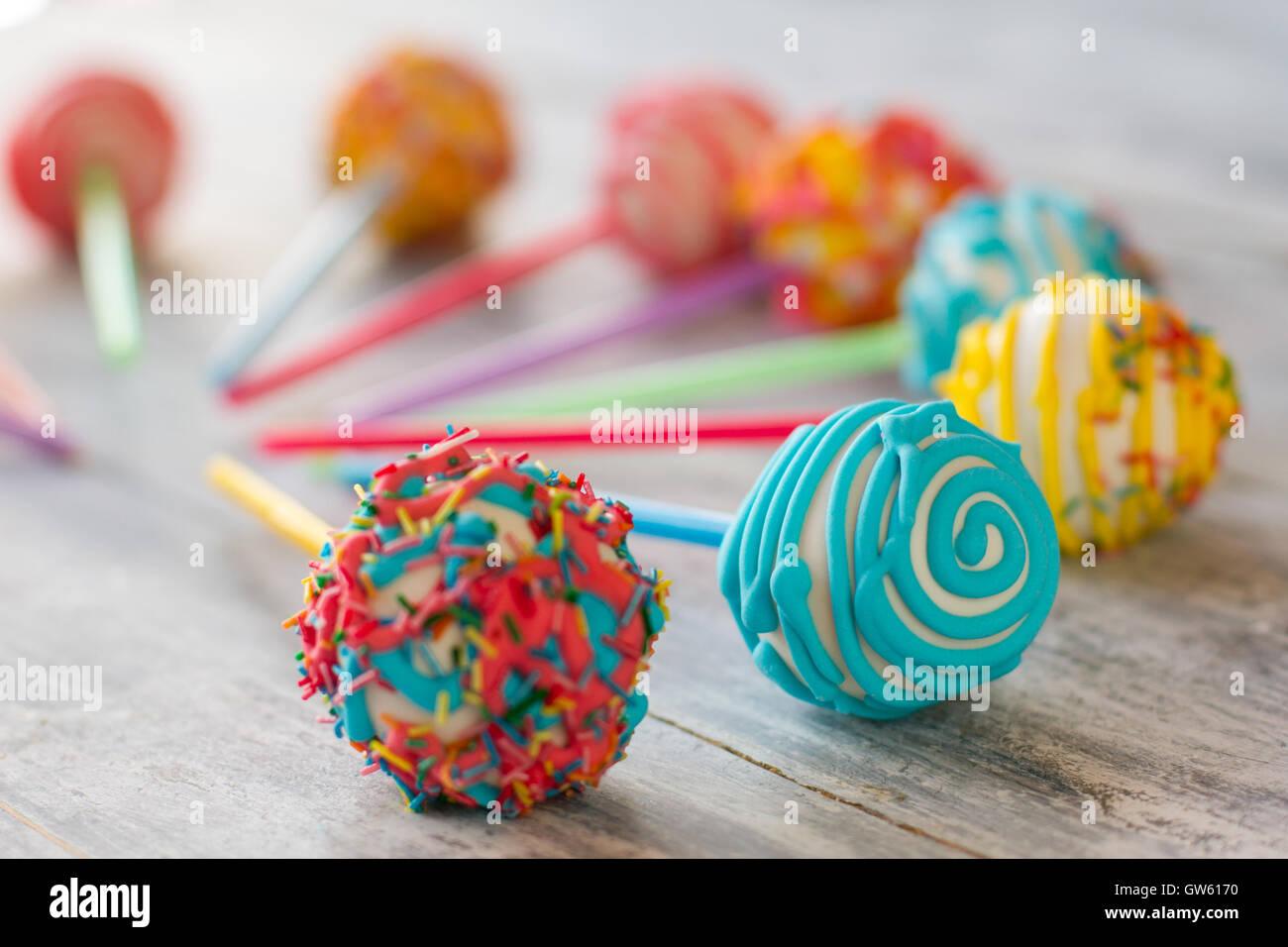 Bunte kugelförmige Süßigkeiten. Stockbild