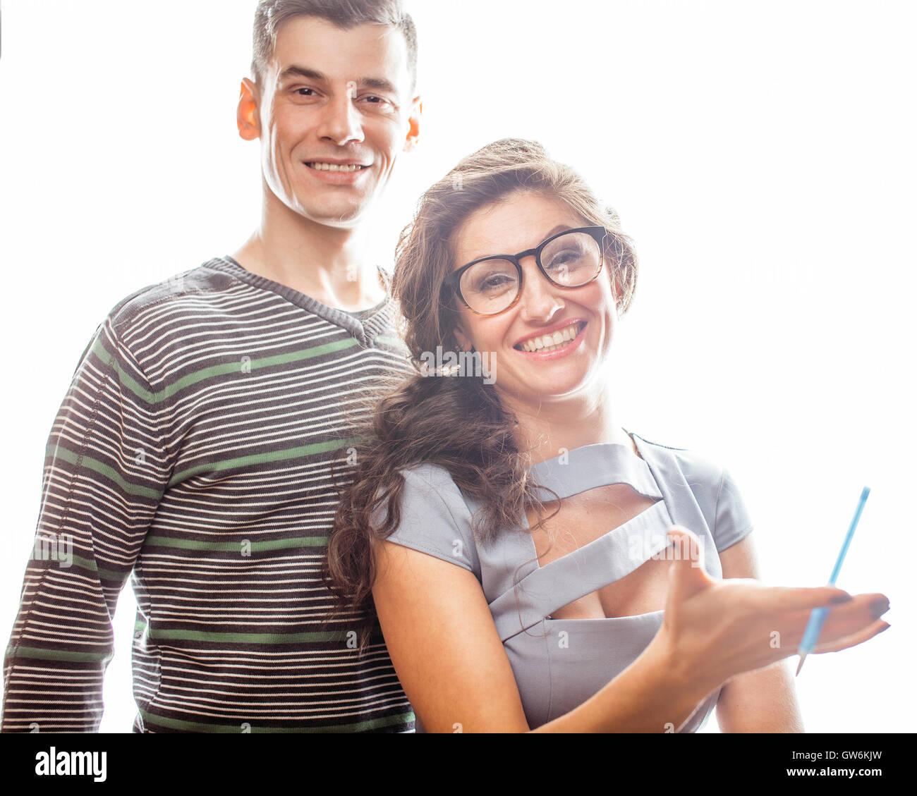 Liebe am Arbeitsplatz, junge hübsche Paar, Mann und Frau