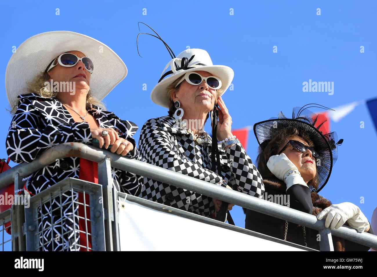 Chichester, UK. 11. September 2016. Zuschauer in zeitgenössischer Kleidung.  Das Goodwood Revival ist eine Stockbild
