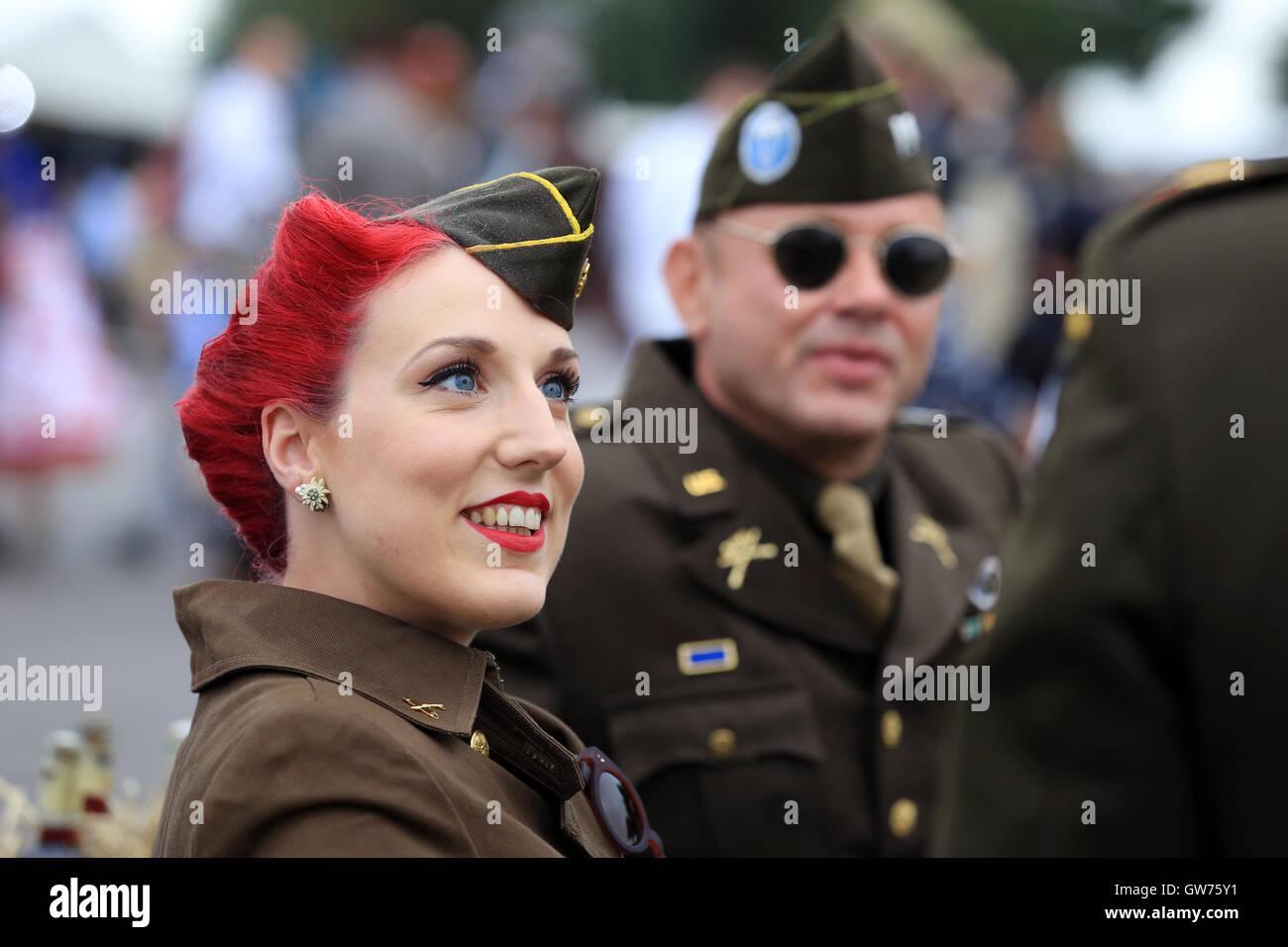 Periode Kleid das Goodwood Revival ist eine dreitägige Festival jedes Jahr im September im Goodwood Circuit Stockbild