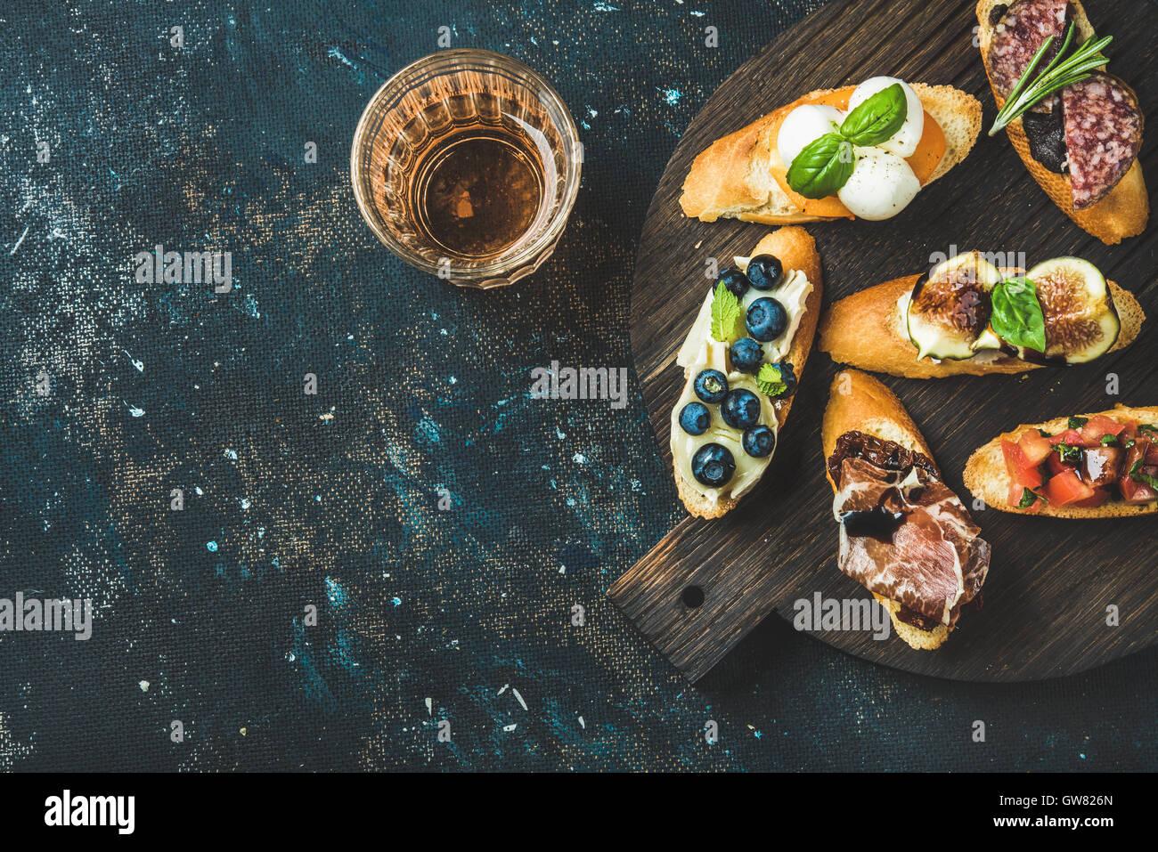 Italienische Crostini und Glas Rosé auf dunklem Hintergrund Stockbild